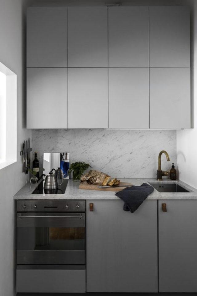 petite cuisine couleur exemple façade gris clair épuré moderne crédence marbre