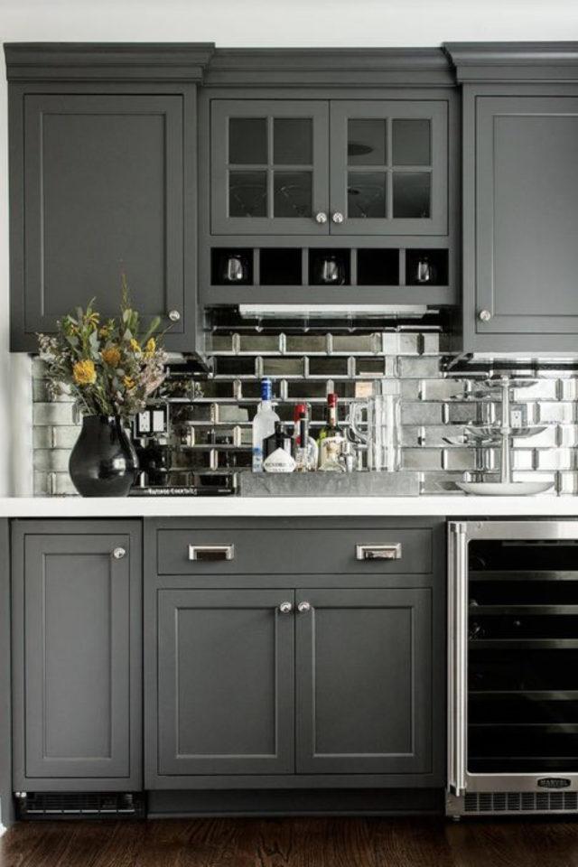 petite cuisine couleur exemple gris foncé crédence carrelage argenté