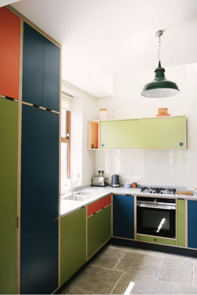 petite cuisine couleur exemple multicolore vert rouge bleu ambiance rétro carrelage blanc