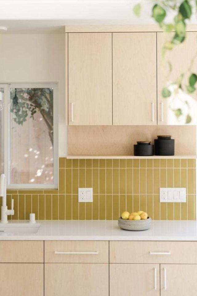 petite cuisine couleur exemple crédence murale jaune moutarde