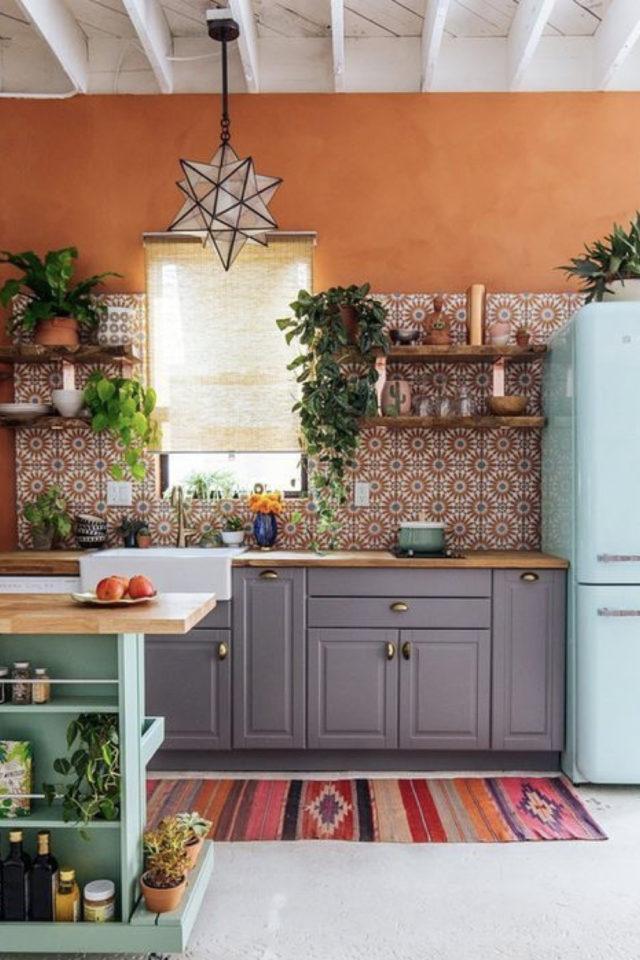 petite cuisine couleur exemple mur terracotta crédence carreaux de ciment et frigo vert amande