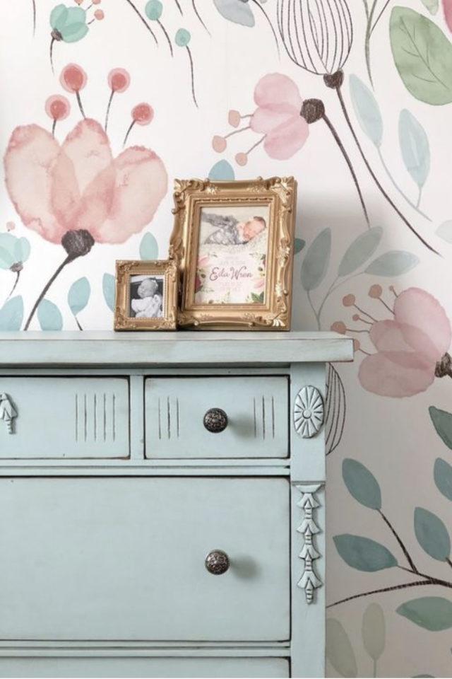 petite piece papier peint exemple chambre enfant floral meuble peinture couleur pastel