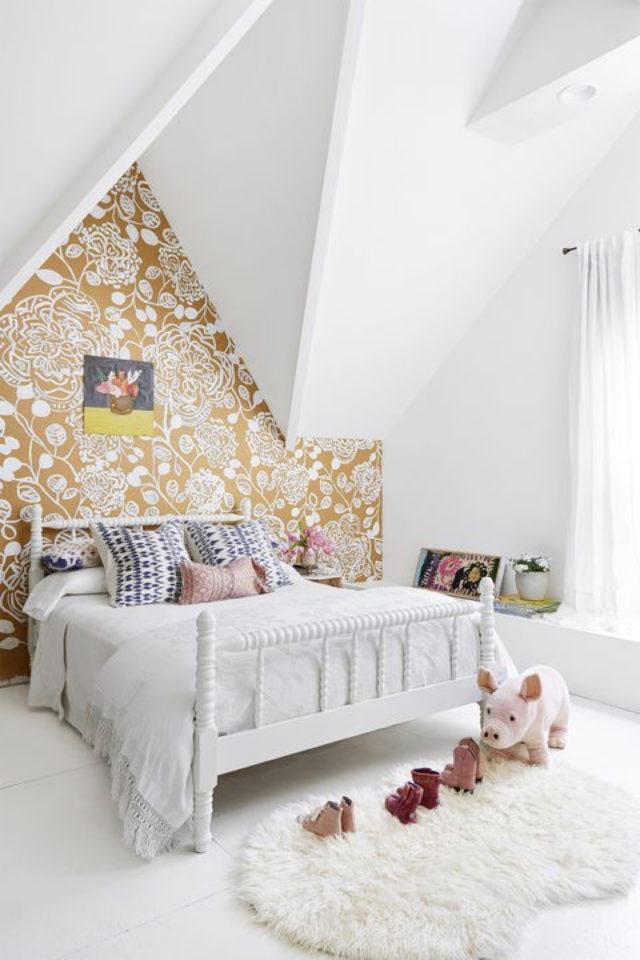 petite piece papier peint exemple peinture blanche combles grenier architecture intérieure