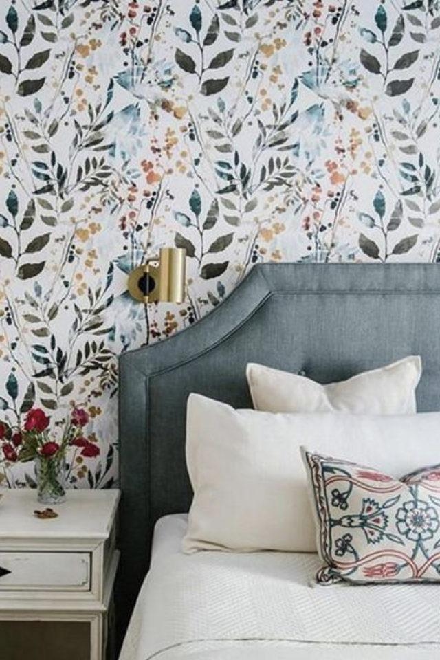 petite piece papier peint exemple motif floral tête de lit bleue capitonnée