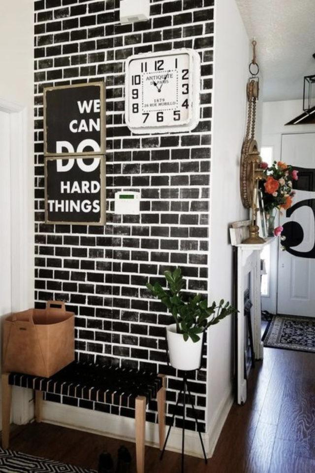 petite piece papier peint exemple effet brique noir style industriel entrée couloir espace ouvert