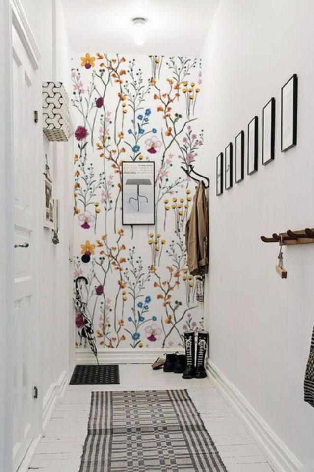 petite piece papier peint exemple couloir entrée mur du fond effet profondeur