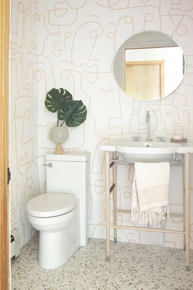 petite piece papier peint exemple motif visage tendance moderne lumineux or et blanc