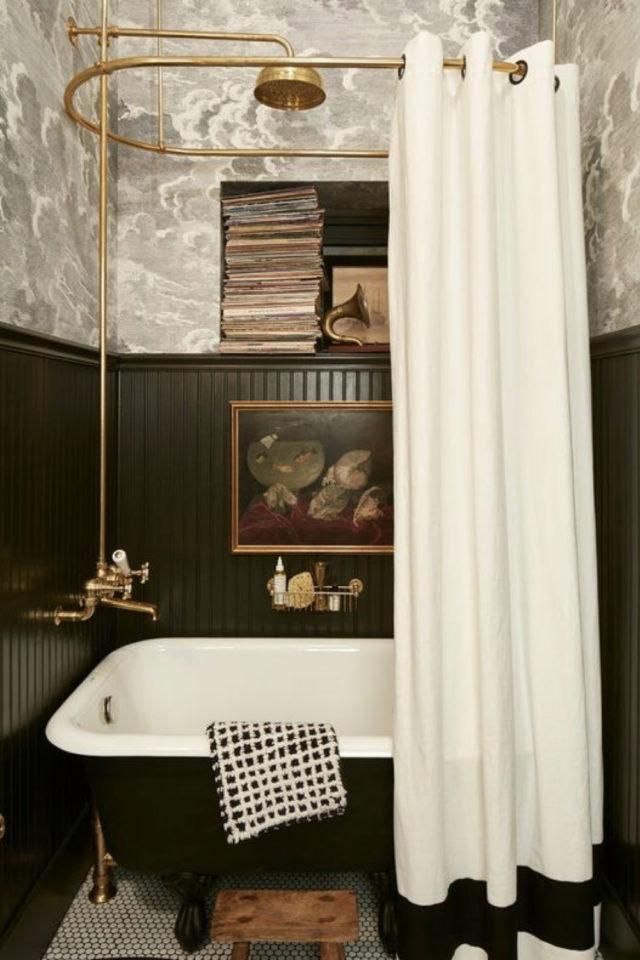 petite piece papier peint exemple soubassement lambris peinture baignoire ancienne rideaux de douche