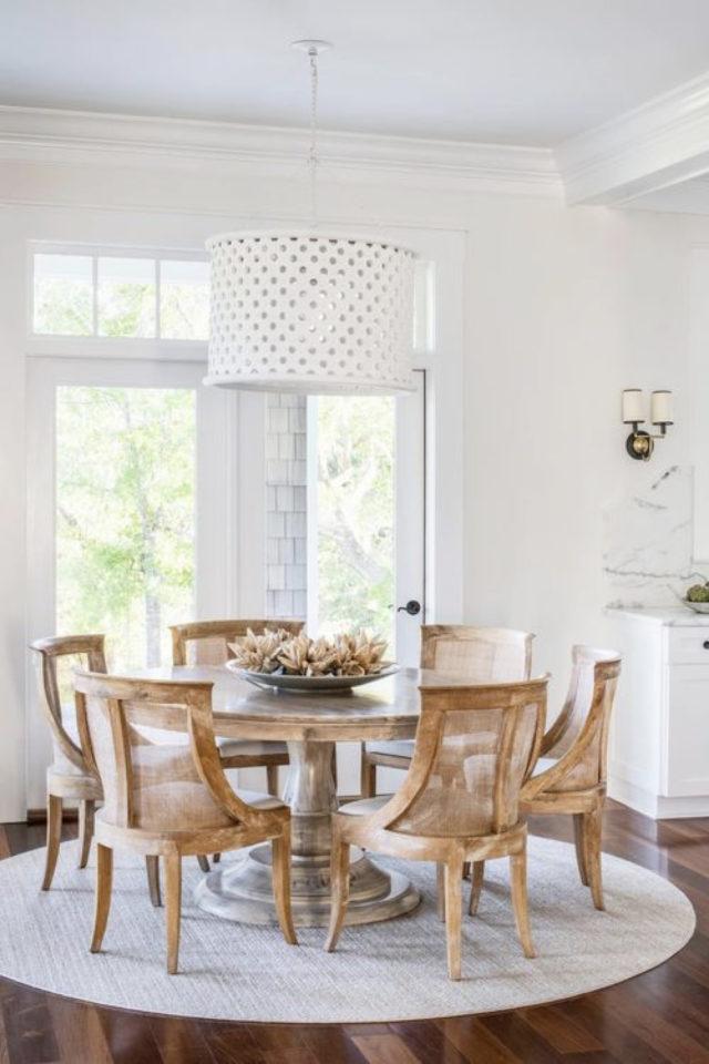salle a manger style bord de mer exemple table ronde bois tapis clair espace ouvert cuisine