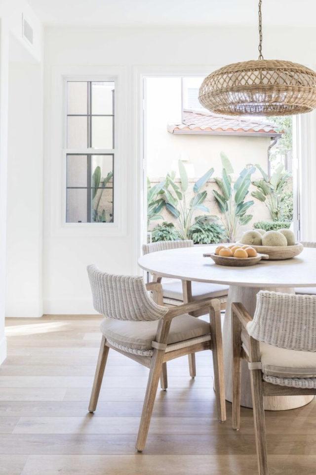 salle a manger style bord de mer exemple table ronde chaise fauteuil de table tressé naturel