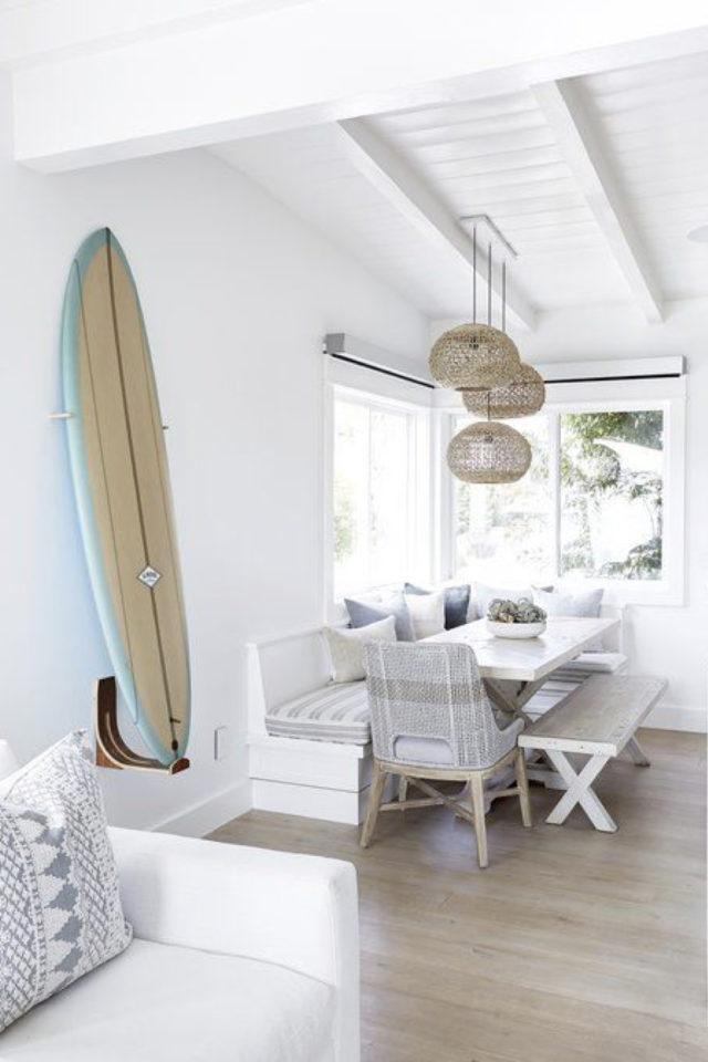salle a manger style bord de mer exemple banquette planche de surf mur blanc
