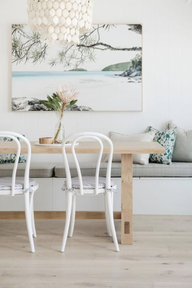 salle a manger style bord de mer exemple banquette blanche table bois chaise bistro