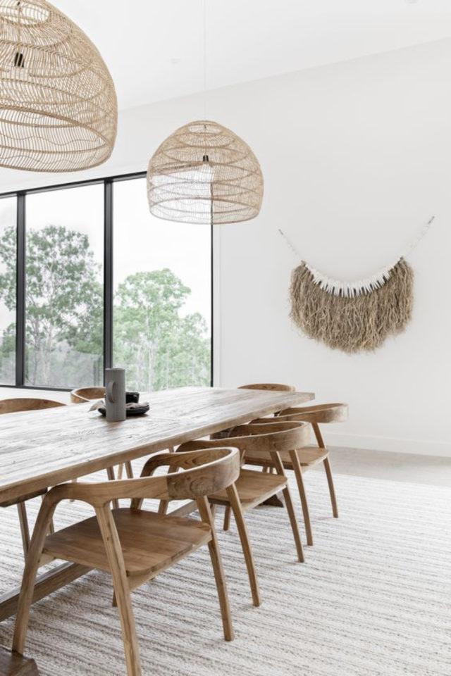 salle a manger style bord de mer exemple blanc beige écru bois simple déco murale