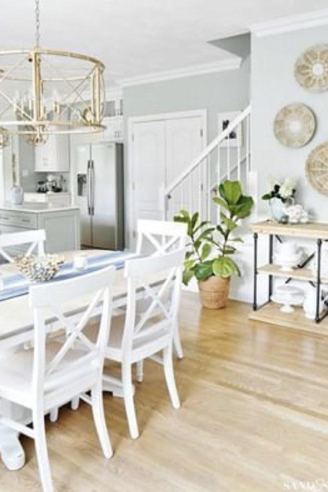 salle a manger style bord de mer exemple classique chaise blanche parquet clair