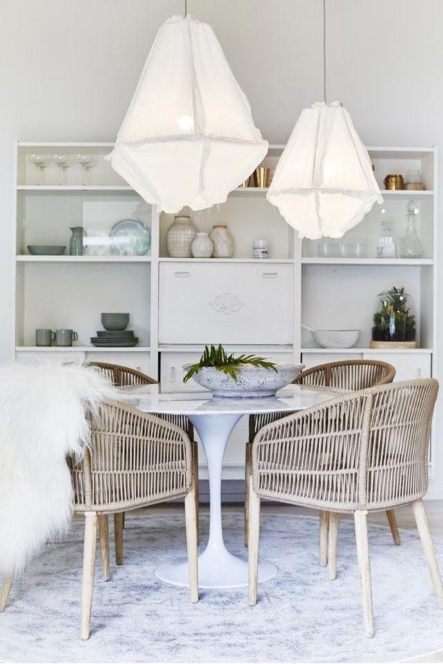 salle a manger style bord de mer exemple bibliothèque moderne blanche table ronde tulipe fauteuil en rotin