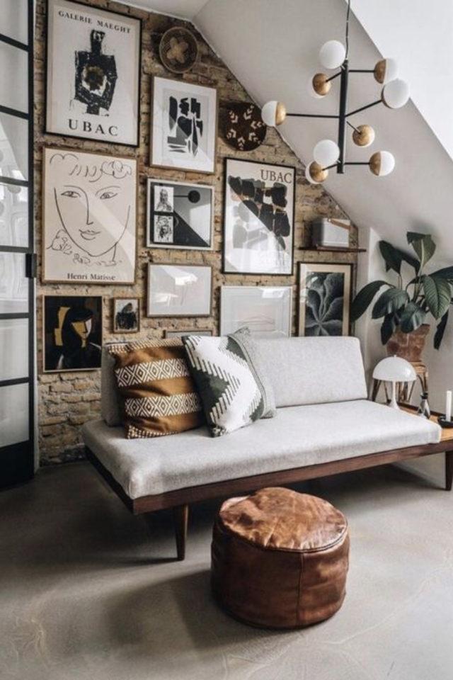 salon decoration style masculin exemple combles mur brique canapé banquette simple gris et décor mural cadre
