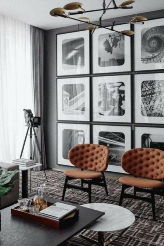 salon decoration style masculin exemple peinture sombre disposition cadre en symétrique petit fauteuil capitonné
