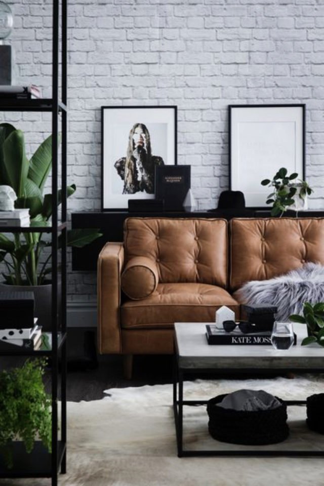 salon decoration style masculin exemple mur bique papier peint blanc canapé cuir capitonné étagère métal plantes verte