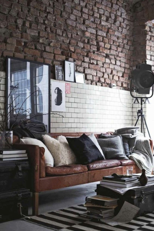 salon decoration style masculin exemple ambiance loft mélange matériaux carrelage et brique rouhe canapé cuir projecteur industriel