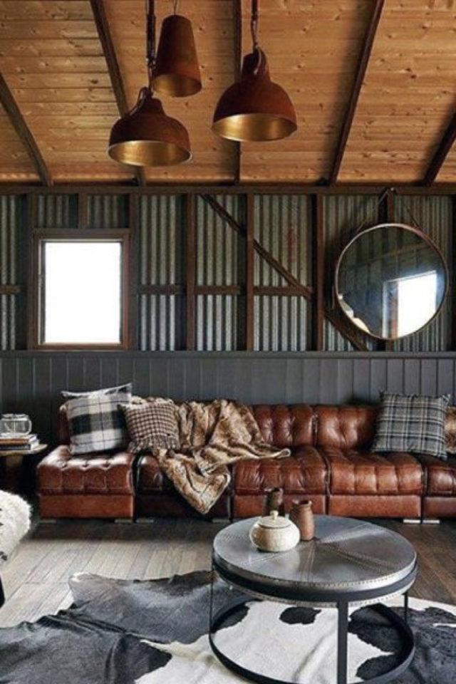 salon decoration style masculin exemple mélange matériaux tôle ondulée lambris bois canapé cuir ambiance intense et profonde