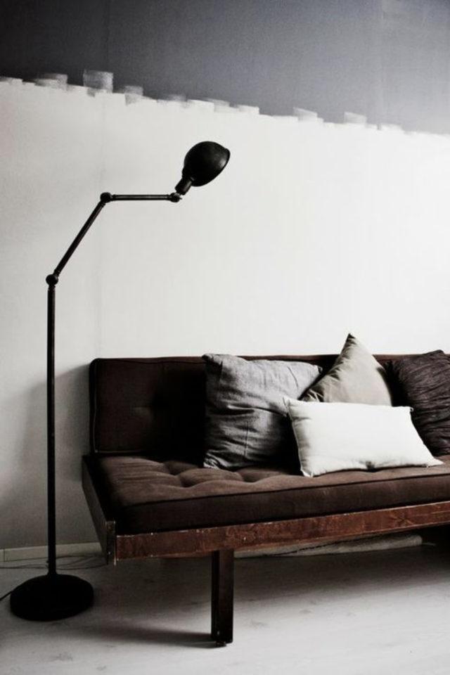 salon decoration style masculin exemple mur peinture effet grunge blanc et gris canapé marron lampadaire type industriel
