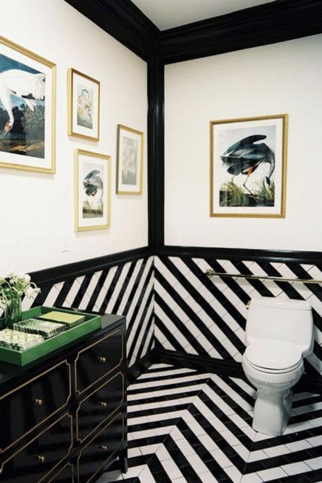 toilette papier peint noir et blanc moderne soubassement coordonné au sol