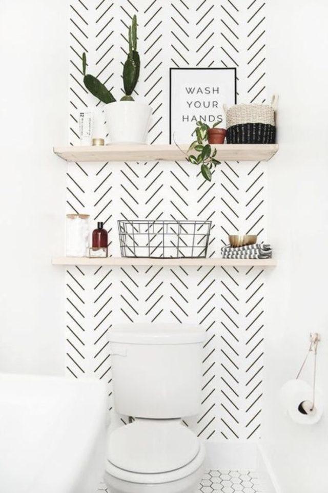 toilette papier peint noir et blanc moderne chevron étagères bois