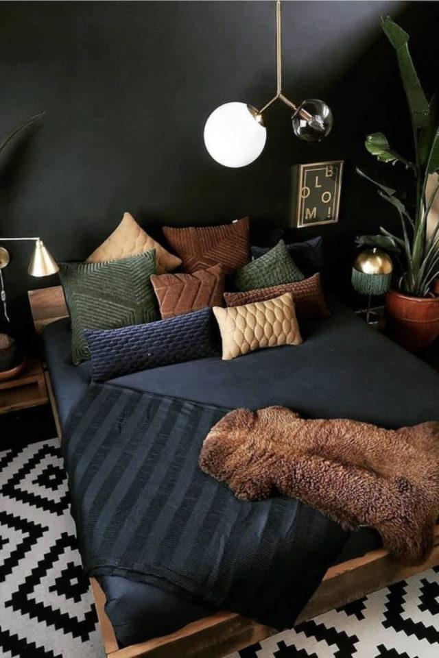 chambre a coucher style masculin exemple mur peinture noir linge de lit sombre vert marron et bleu marine ambiance intime et feutrée