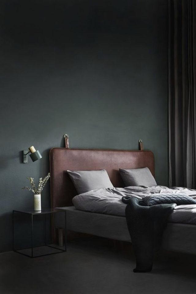 chambre a coucher style masculin exemple peinture couleur vert bouteille tête de lit cuir camel naturel lumière naturelle linge de lit gris