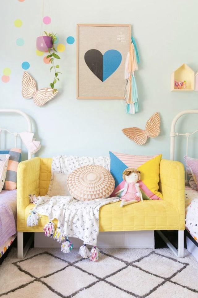 chambre enfant jaune exemple petit canapé coloré ambiance pastel