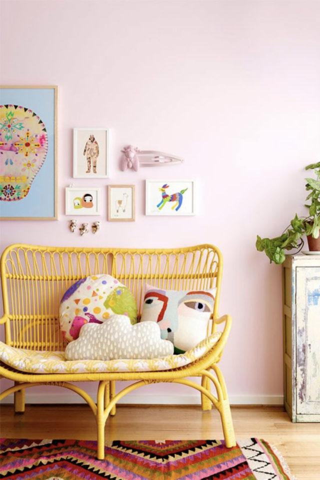 chambre enfant jaune exemple canapé en rotin coloré mur peint en rose pastel douceur