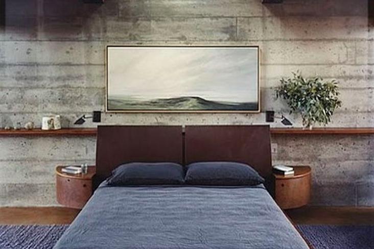 chambre style masculin exemple decoration tête de lit cuir revêtement mural brut béton ciment bois élégance