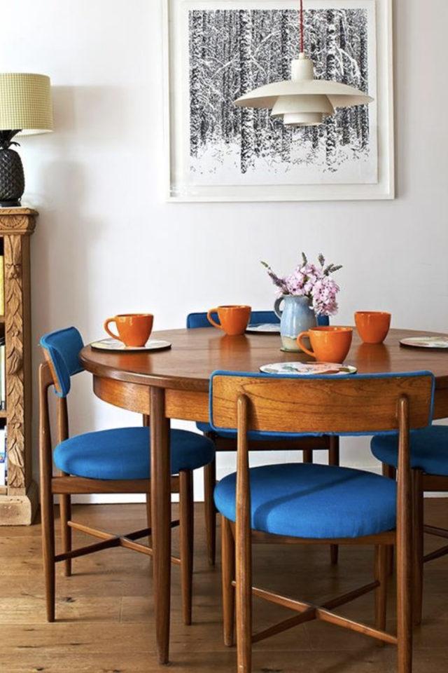 coin repas decoration vintage exemple table ronde chaise bois et tissus bleu électrique