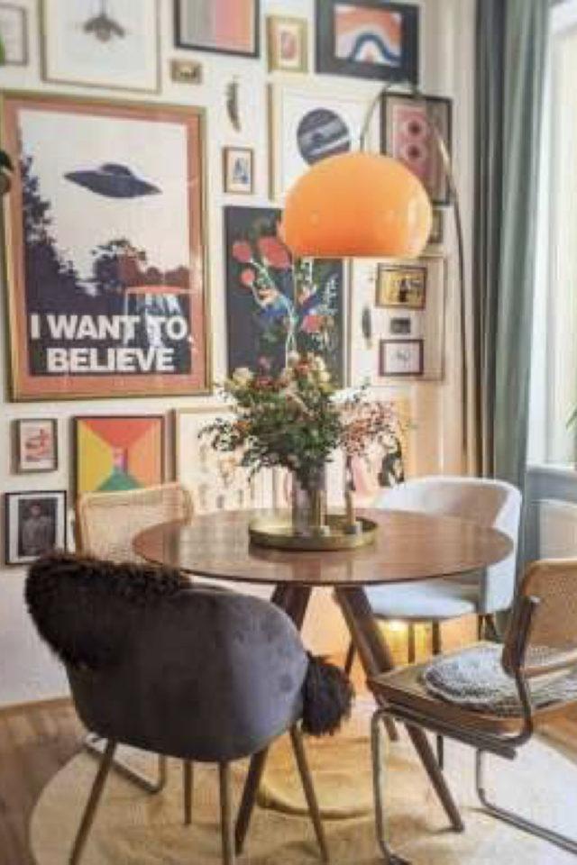 coin repas decoration vintage exemple petite table ronde deux personnes décoration murale cadre affiches poster
