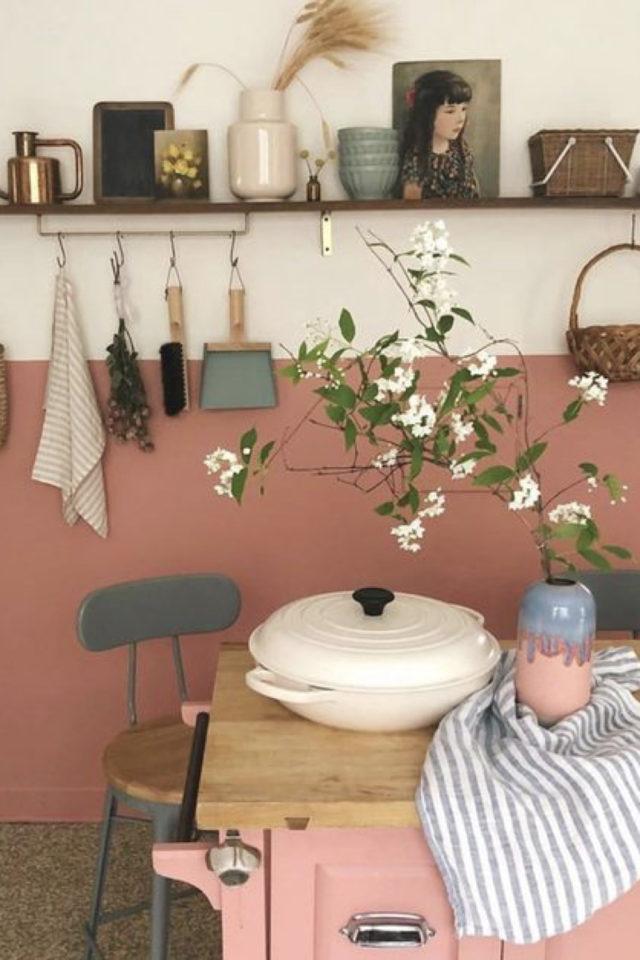 cuisine etagere maximalisme rangement mur soubassement blanc et rose ambiance bucolique