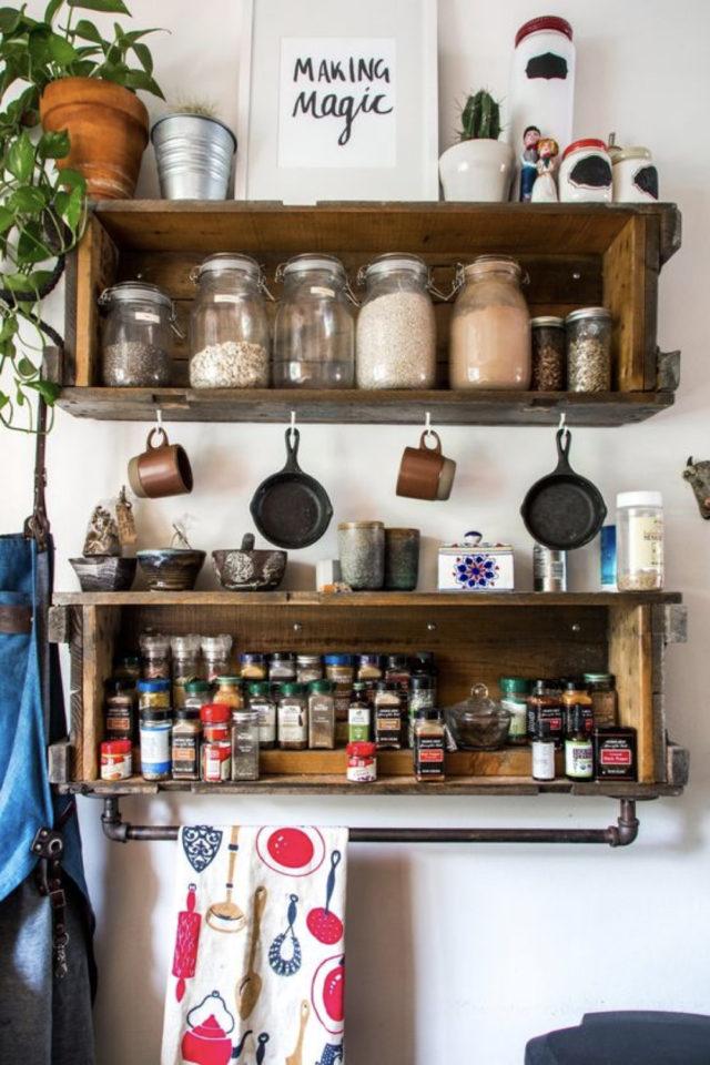 cuisine etagere maximalisme rangement bois rangement bocaux et épice barre suspendre torchon