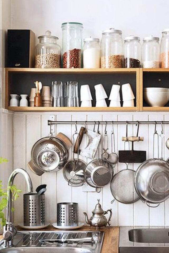 cuisine etagere maximalisme rangement au dessus de crédence carrelage barre pour suspendre casserole