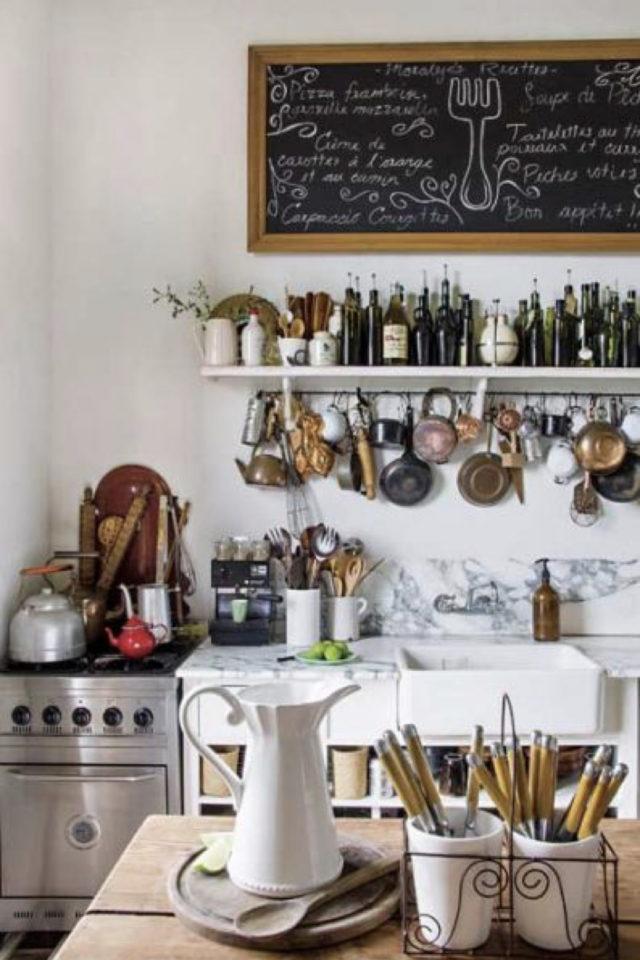 cuisine etagere maximalisme rangement blanc accumulation bocal bouteille accessoires cuisine