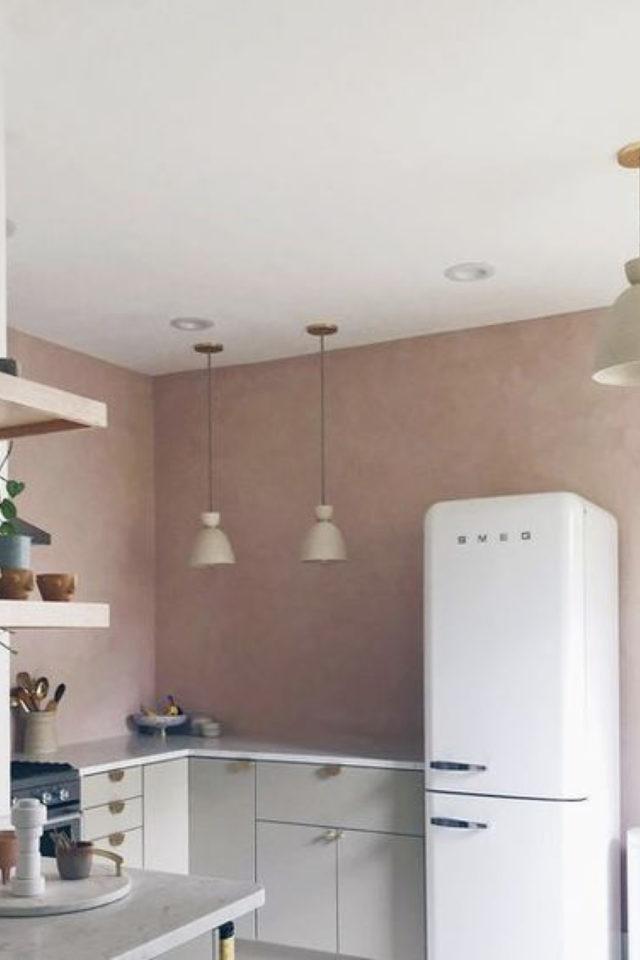 cuisine lumiere naturelle couleur mur rose clair meuble blanc gris