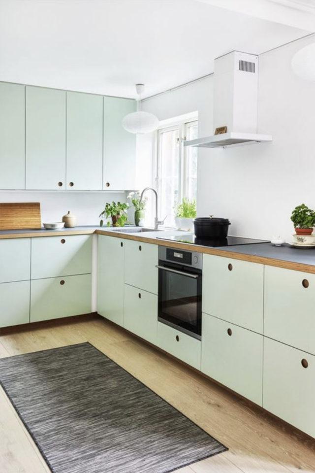 cuisine lumiere naturelle couleur mus blanc mobilier vert céladon pastel
