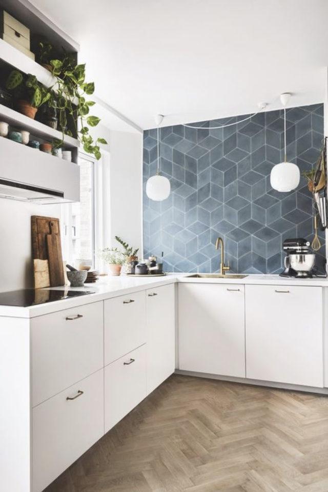 cuisine lumiere naturelle couleur crédence mur carrelage bleu