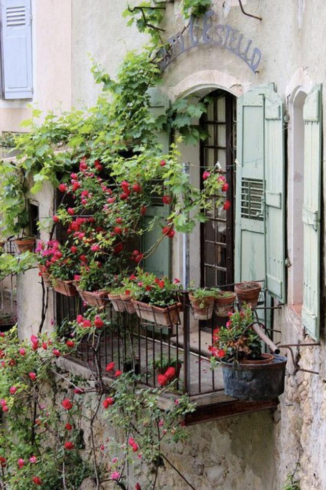 decoration balcon verdoyant plantes exemple petit espace extérieur fleur fleuri volet vert poétique