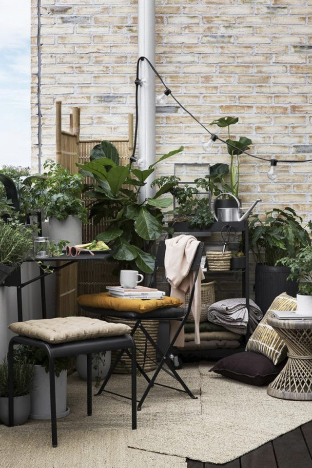 decoration balcon verdoyant plantes exemple meuble de jardin et plantes vertes