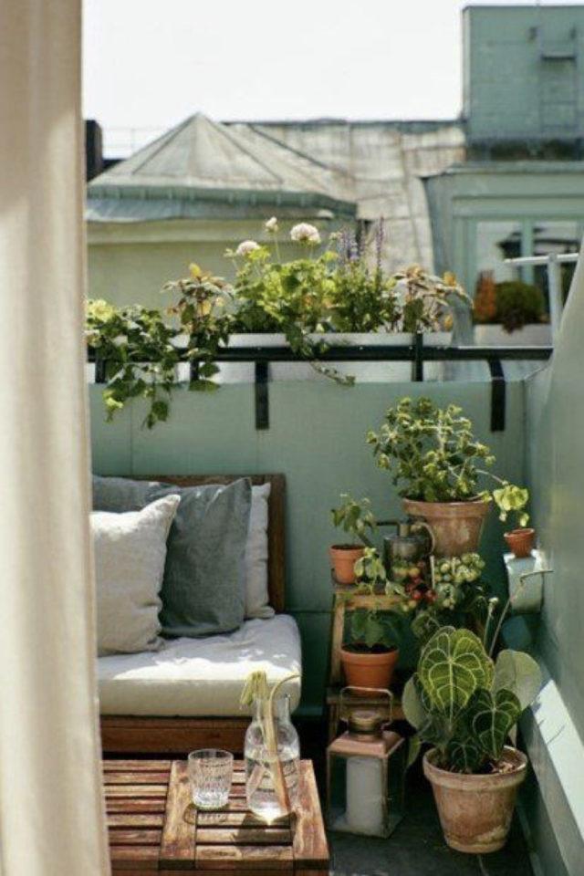 decoration balcon verdoyant plantes exemple petit espace avec banquette extérieure et plantes vertes