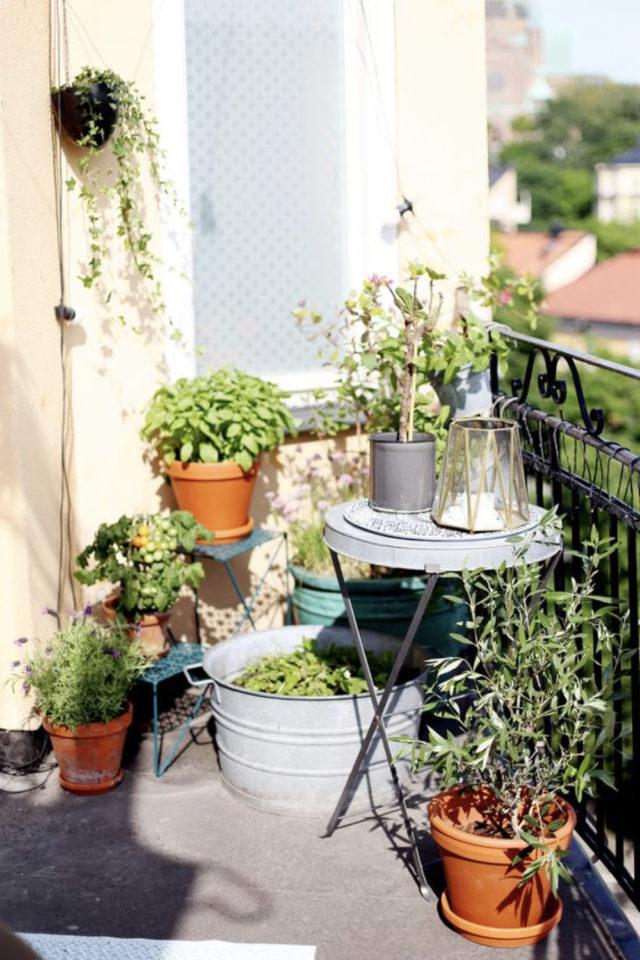 decoration balcon verdoyant plantes exemple petite table ronde cache pot plante vertes