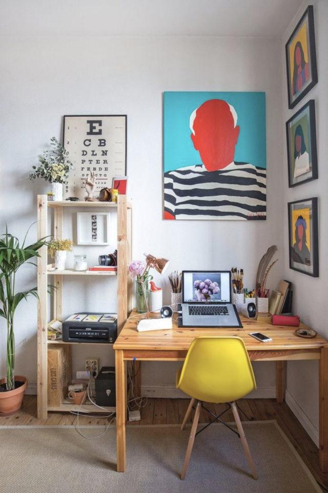decoration interieure couleur vive exemple coin bureau chaise jaune affiche picasso bleu rouge