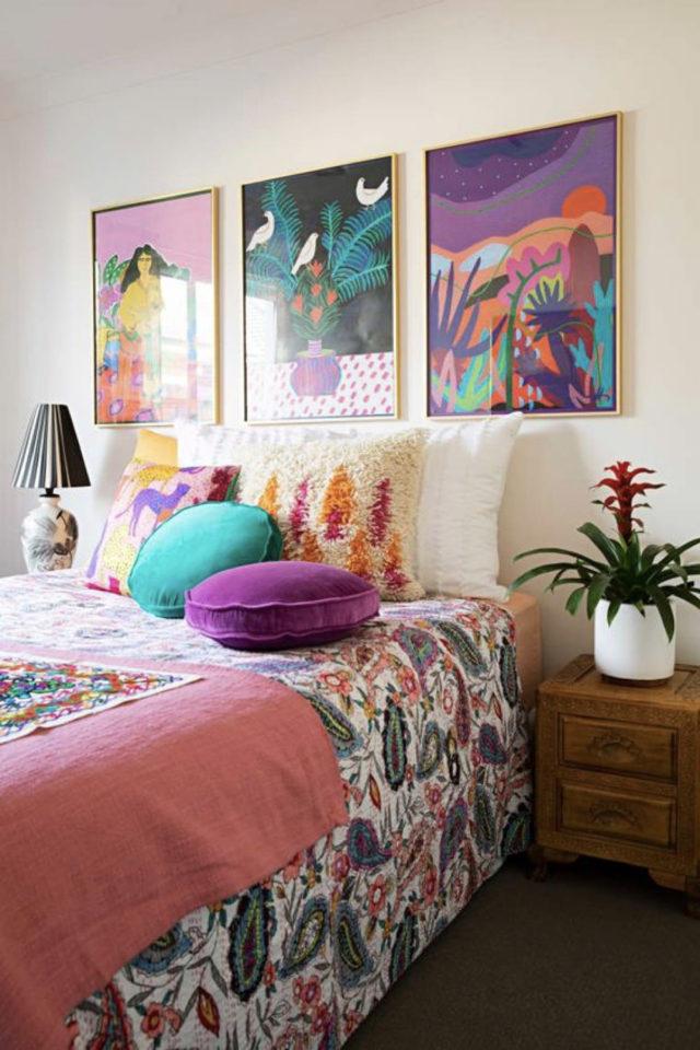 decoration interieure couleur vive exemple chambre à coucher parure de lit affiche illustrations déco murale