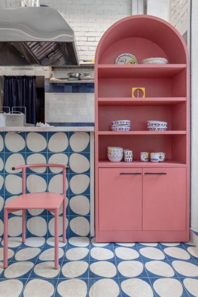 decoration interieure couleur vive exemple sol et mur carrelage bleu et blanc étagère rose