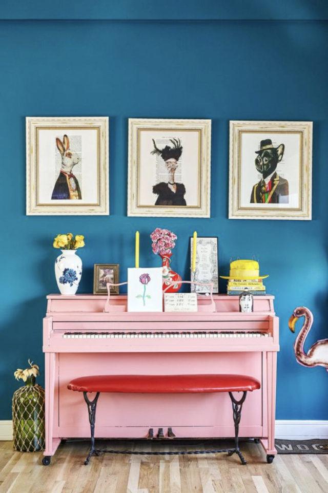 decoration interieure couleur vive exemple contraste chaud froid bleu et rose mur peinture et piano coloré
