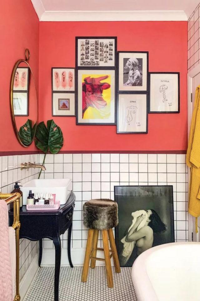 decoration interieure couleur vive exemple rose vif et soubassement carrelage blanc